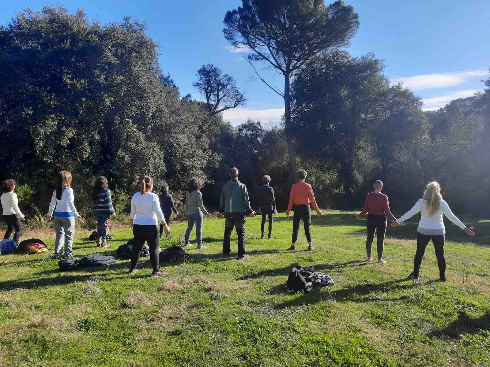 Participantes del retiro haciendo prácticas al aire libre