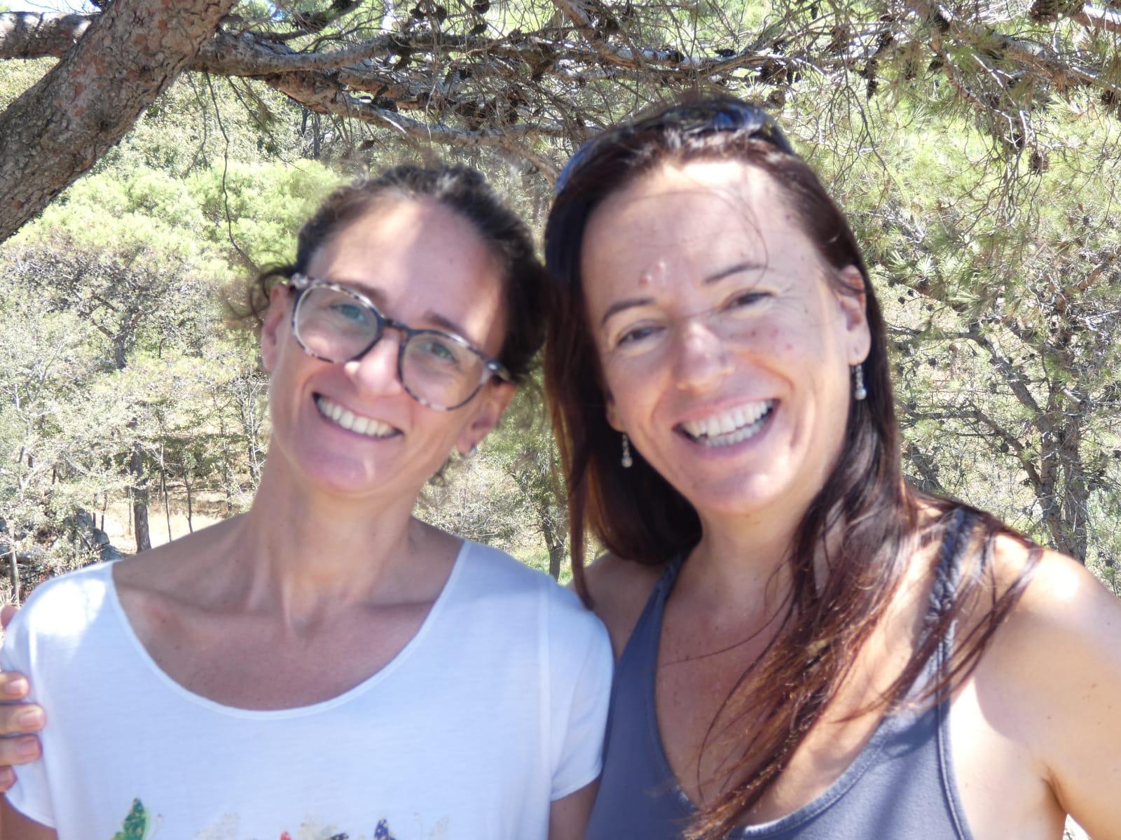 Dos profesoras de yoga en la naturaleza